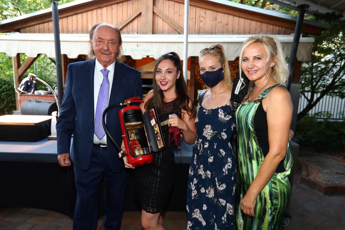 Oslava narozenin Františka Janečka: Šárka Grossová s dcerami Denisou a Natálií a s oslavencem