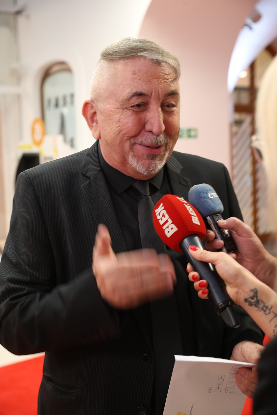 Předpremiéra filmu KAREL na Febiofest přilákala řadu vzácných hostů a nechyběl ani prezident festivalu Fero Fenič.