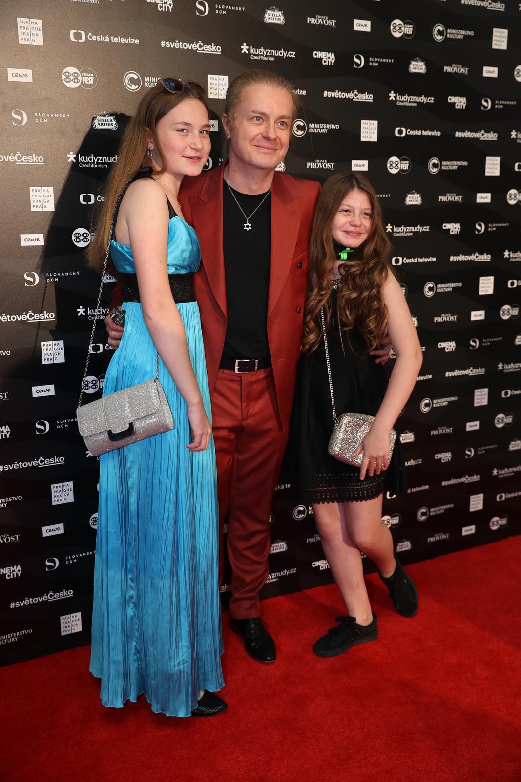 Předpremiéra filmu KAREL na Febiofest přilákala řadu vzácných hostů včetně Pavla Šporcla s dcerami.