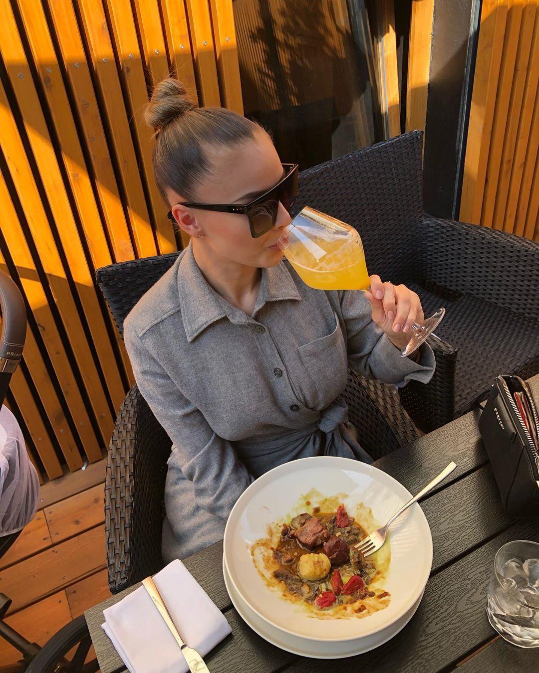 Nevyspaná Bagárová se kryje slunečními brýlemi