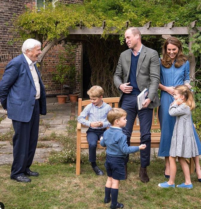 Princ William, Kate, jejich děti Louis, Charlotte a George s rodinným přítelem Davidem Attenboroughem
