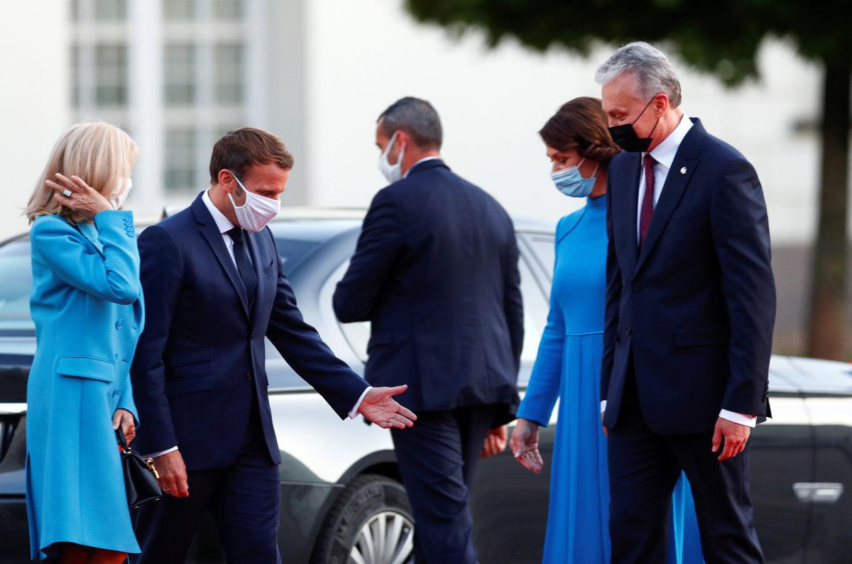 Francouzský prezident Emmanuel Macron s manželkou Brigitte na návštěvě Litvy. Na snímku s litevským prezidentem  Gitanasem Nausedou a jeho ženou Dianou.