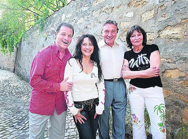 2006: Na letní scénu Divadla Ungelt si Marta pozvala Karla Gotta s Lucií Bílou. Na snímku s Milanem Heinem, ředitelem Ungeltu.