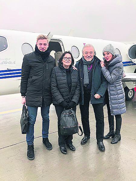 Leden 2019: Marta přiletěla s Karlem na jeho koncert do Košic. Vpravo sboristka Dascha.