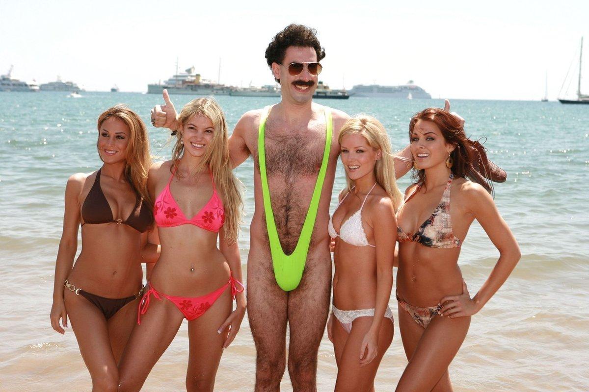 Ikonický snímek Borata v plavkách, které se staly popkulturním symbolem.
