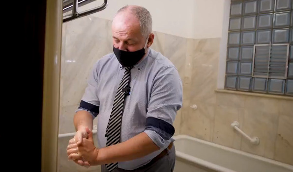 Ministr zdravotnictví Roman Prymula (za ANO) opětovně nabádá k nošení roušek a k mytí rukou. Čechům pak znovu ukázal, jak správně na to