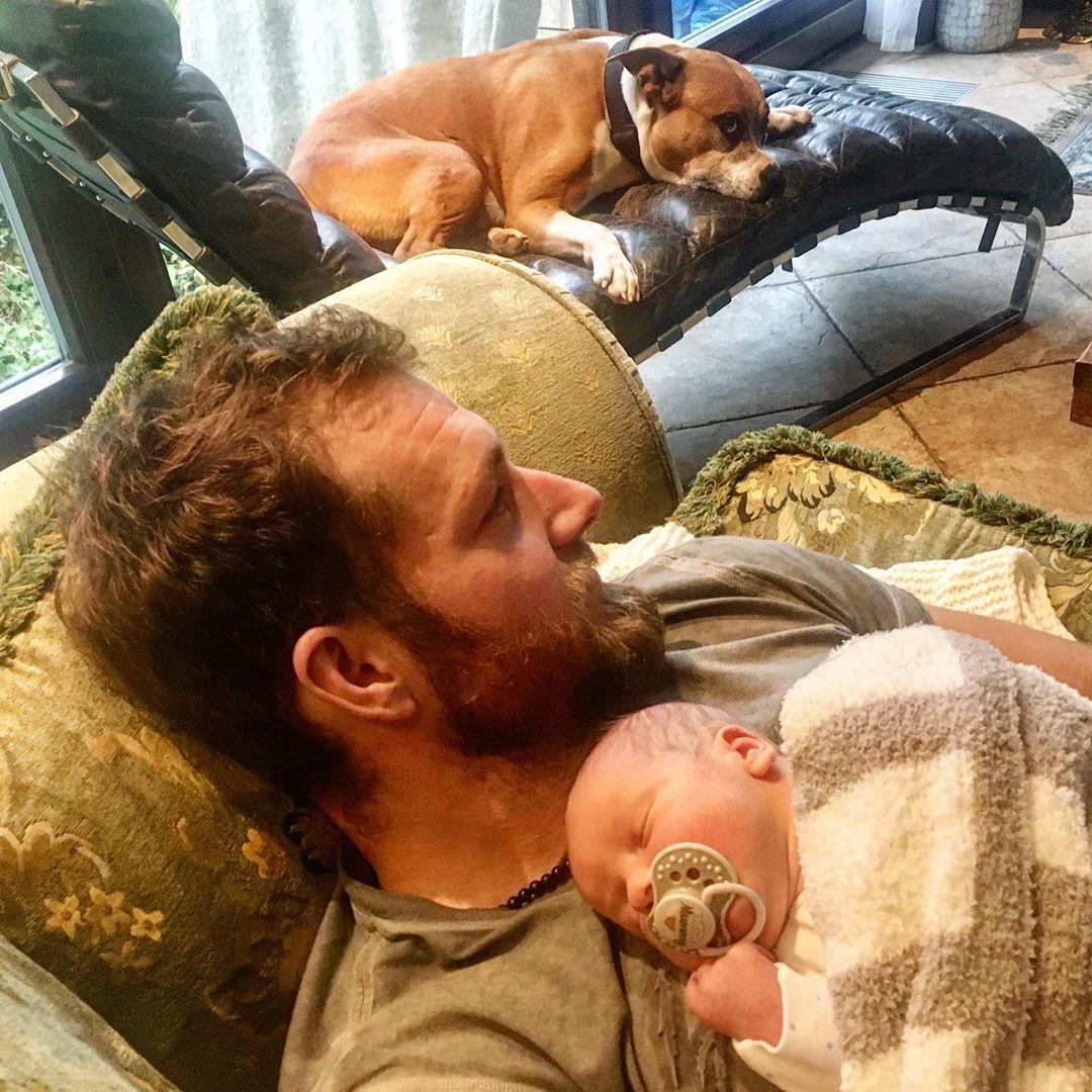 Táta Pepa a syn Pepík Pizingerovi doma den po opuštění porodnice.