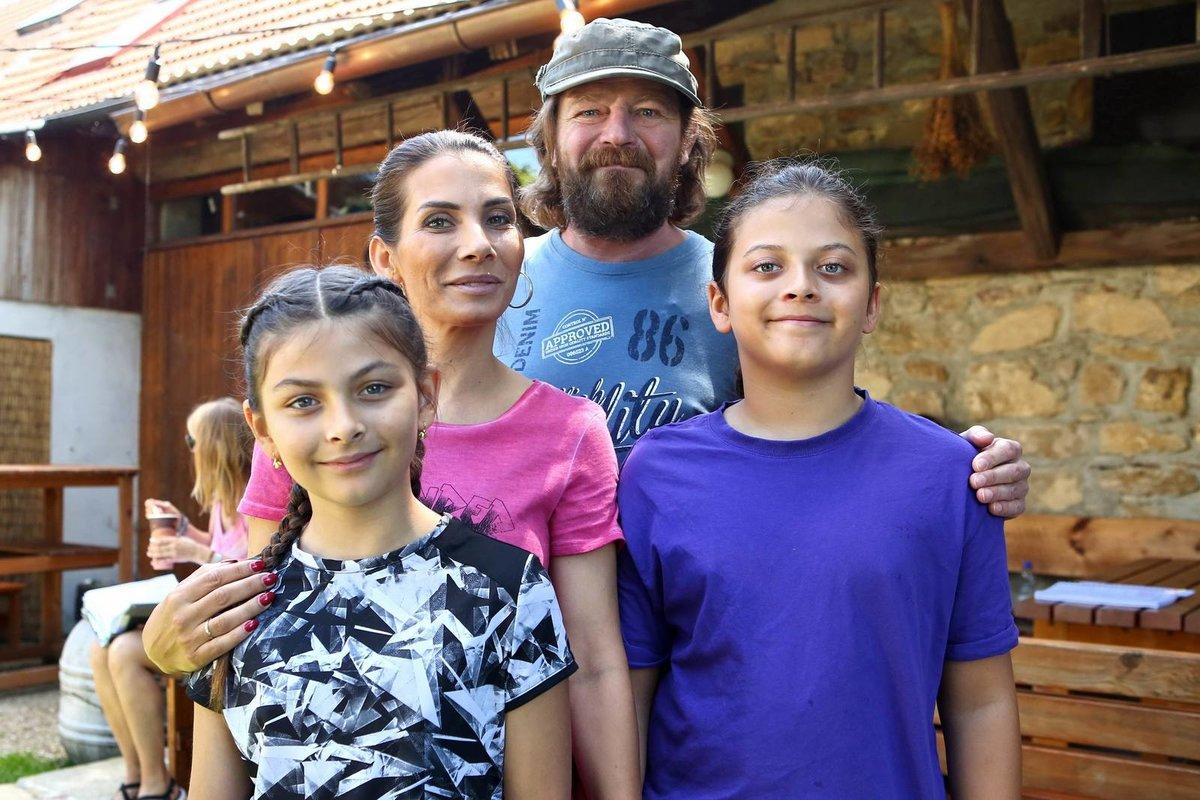 Eva Decastelo ve Slunečné se svými dětmi a Leošem Nohou.