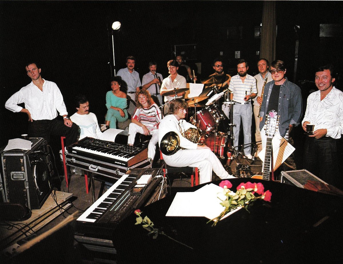 Karel Gott se členy Orchestru a sboru (1985)