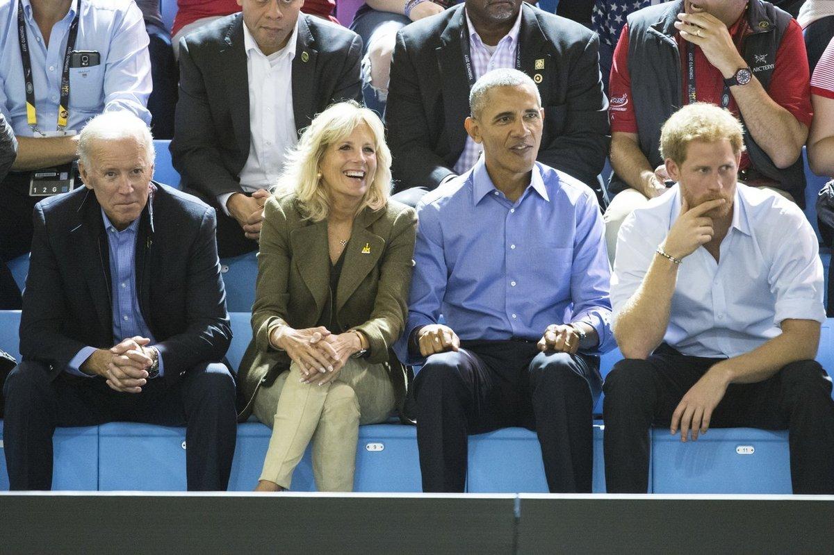 Joe Biden, Jill Bidenová, Barack Obama a princ Harry na zápase