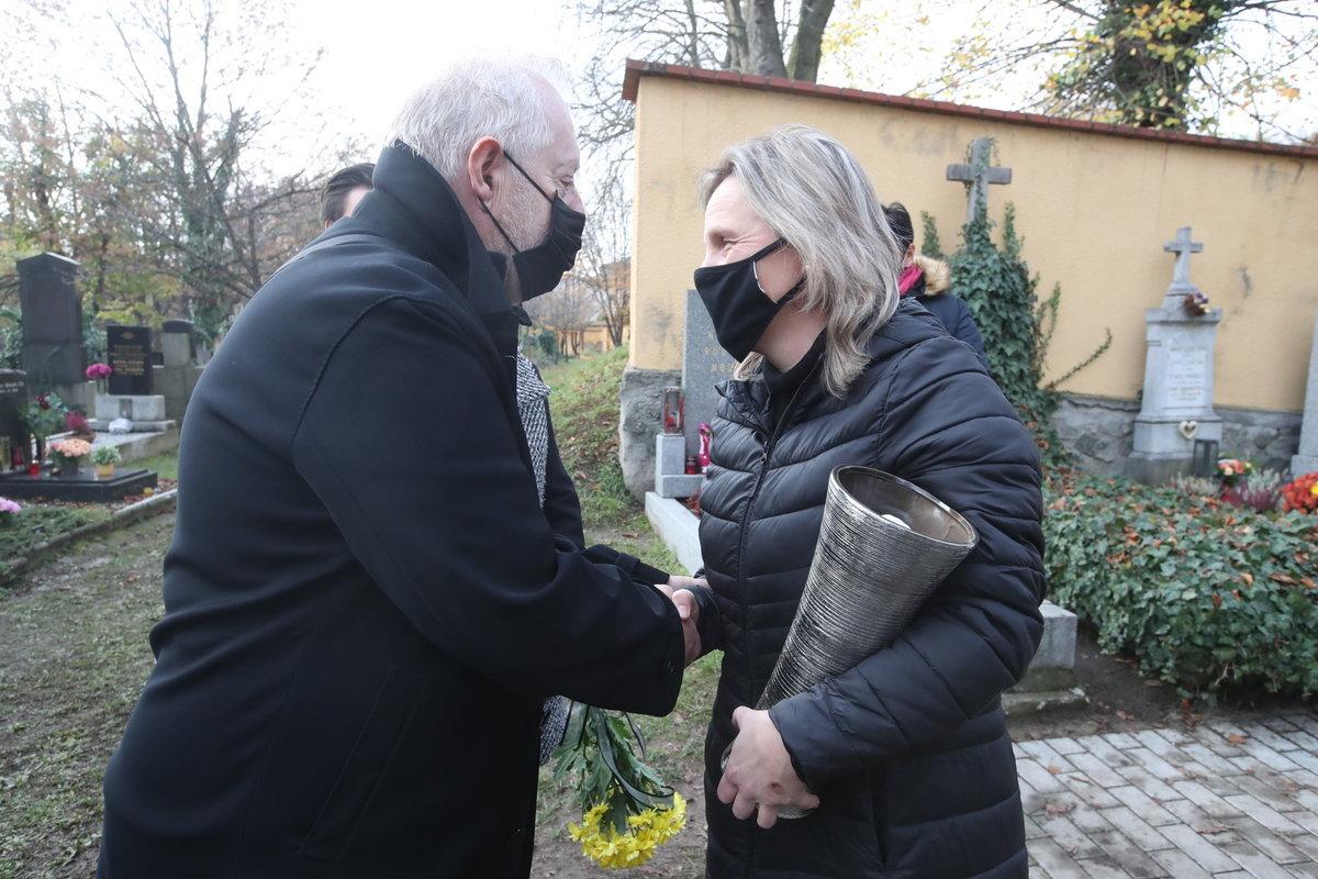 Pohřeb Evy Pilarové: Vdovec se správkyní hřbitova Hanou Dvořákovou.