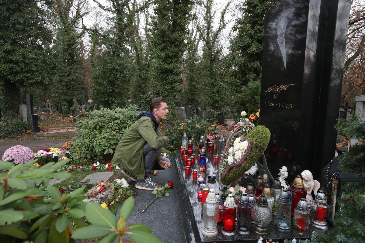 Zpěvák Ondřej Ruml přišel ke hrobům Karla Gotta i Evy Pilarové