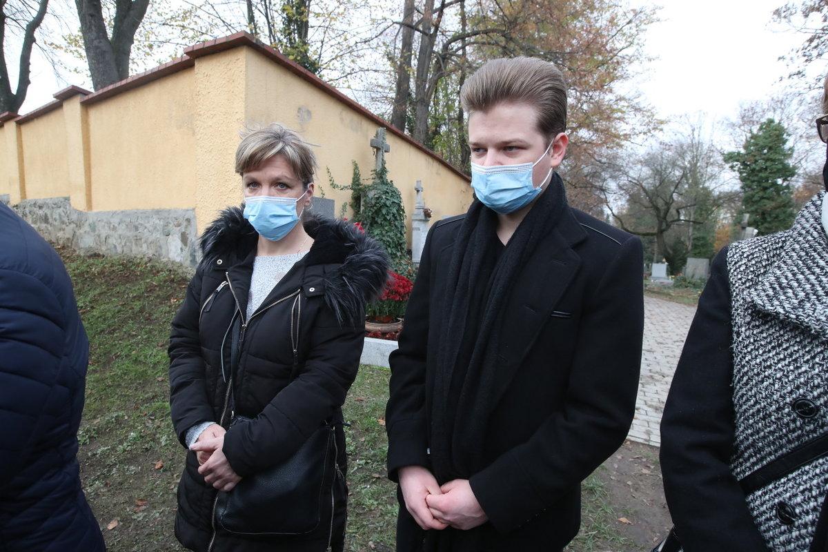Pohřeb Evy Pilarové: Zpěvák Tomáš Ringel přijel s maminkou.