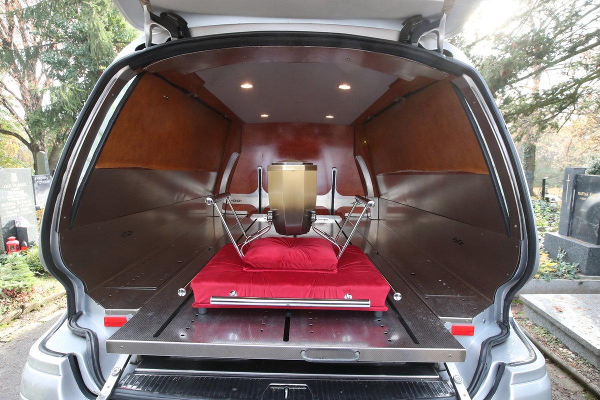 Pohřeb Evy Pilarové: Urna s ostatky zpěvačky