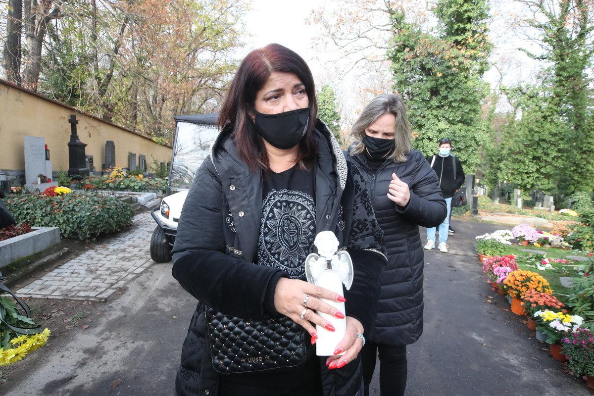 Pohřeb Evy Pilarové: Zuzana Kardová přinesla na hrob anděla.