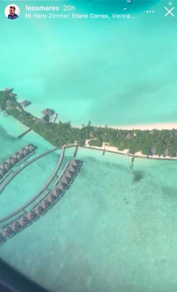 Leoš Mareš vysílá do rádia z ostrova Maledivy.