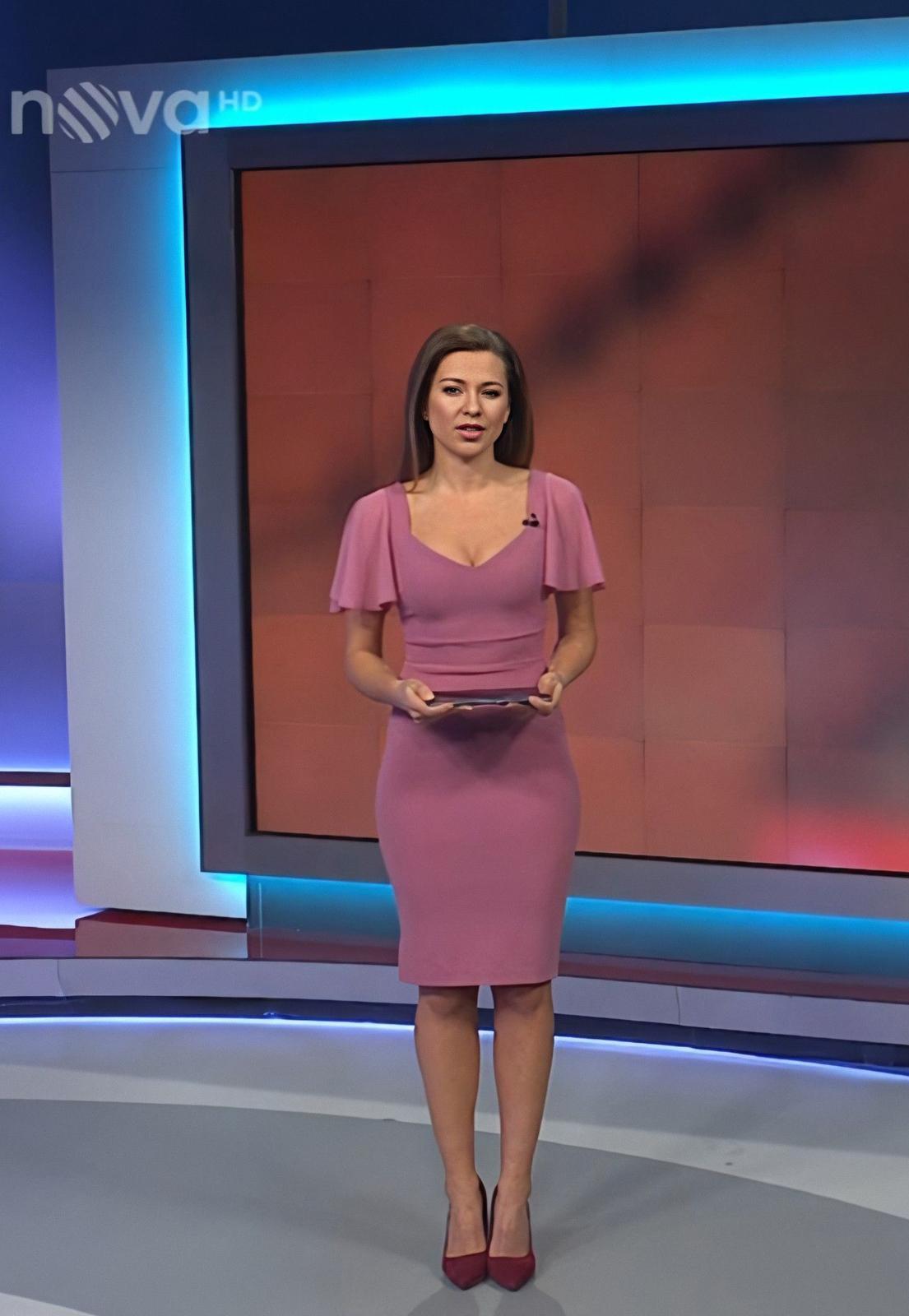 Nejdříve divákům převedla šaty Eva v Hlavních zprávách na Primě.  O pár minut později se v nich představila Inna na Nově.