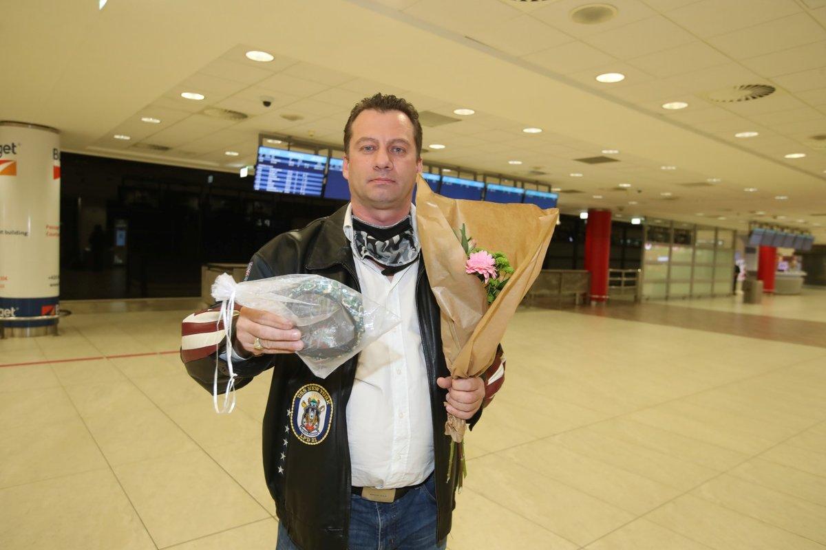 Na Dominiku Gottovou na letišti čekal jakýsi muž s kyticí