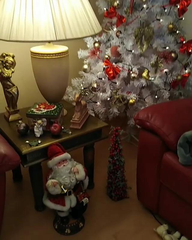 Kýčovitá vánoční výzdoba Moniky Biniasové
