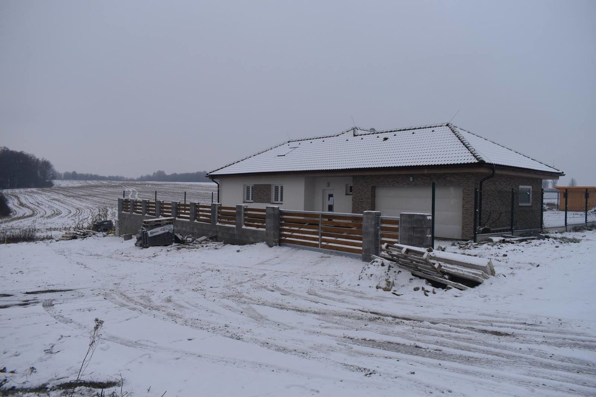Adam Pavlík se nastěhuje do bungalovu ve Staré Vsi nad Ondřejnicí.