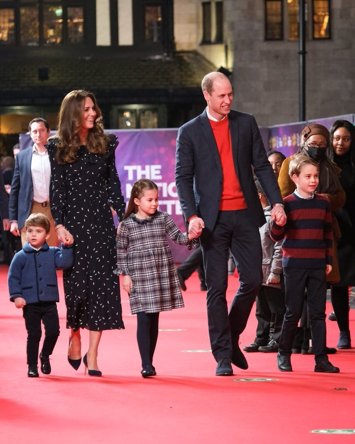 William, Kate, Louis, Charlotte a George na pantomimickém představení v The Palladium.