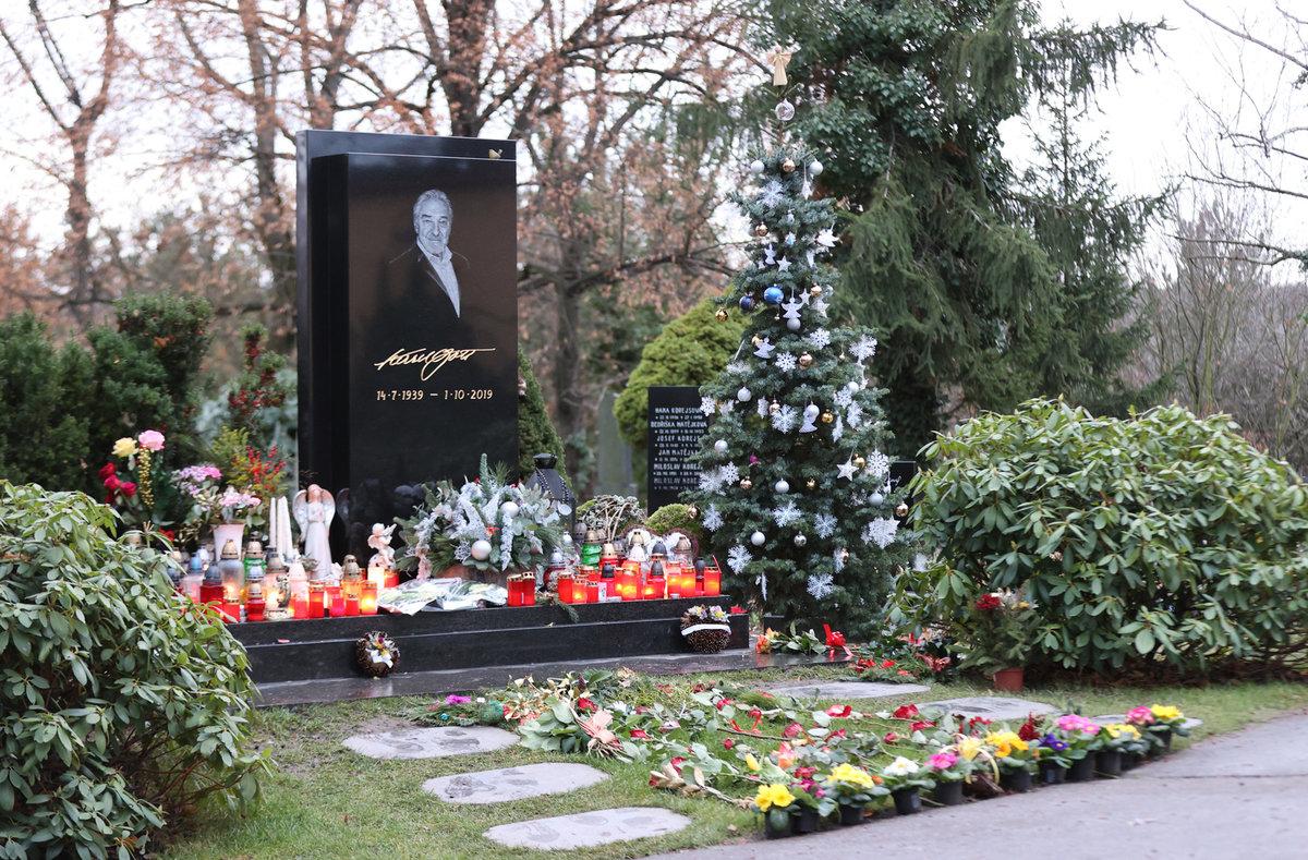 Také na Štědrý den obléhali hroby Gotta a Pilarové přiznivci a dary