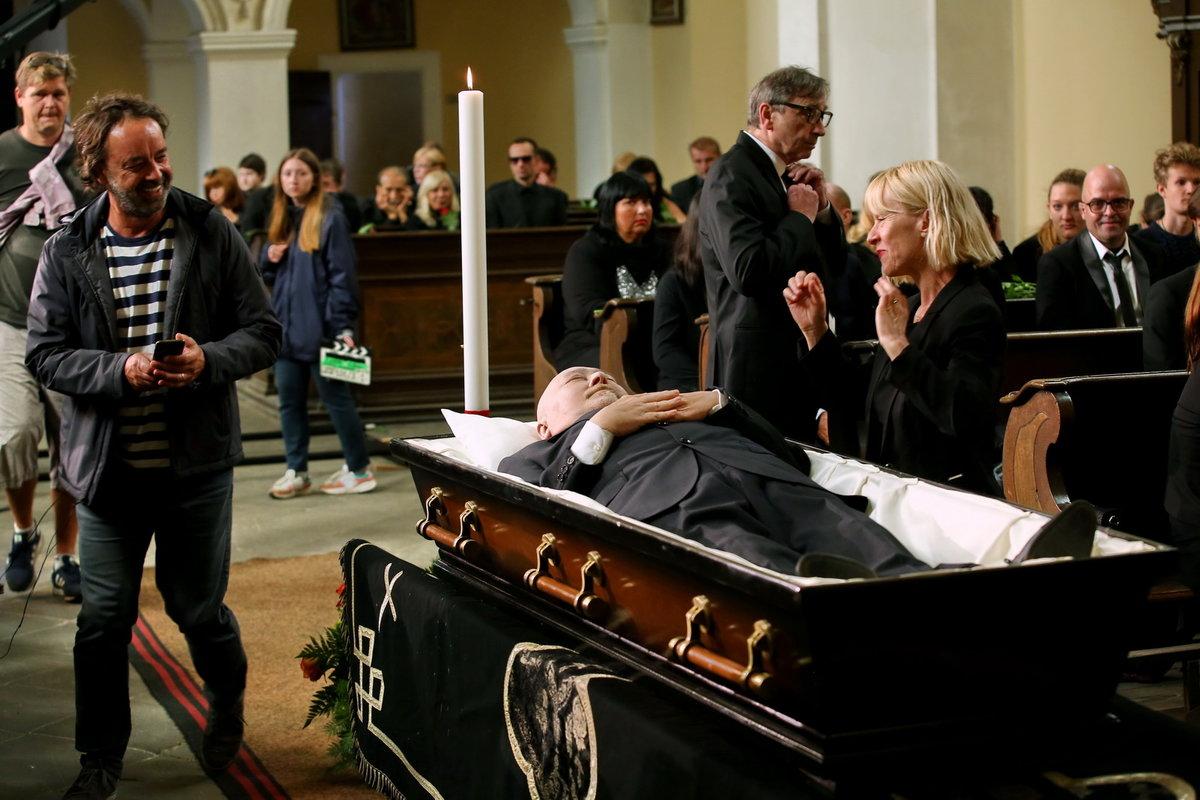 Ota Jirák si během natáčení v rakvi skutečně schrupnul.