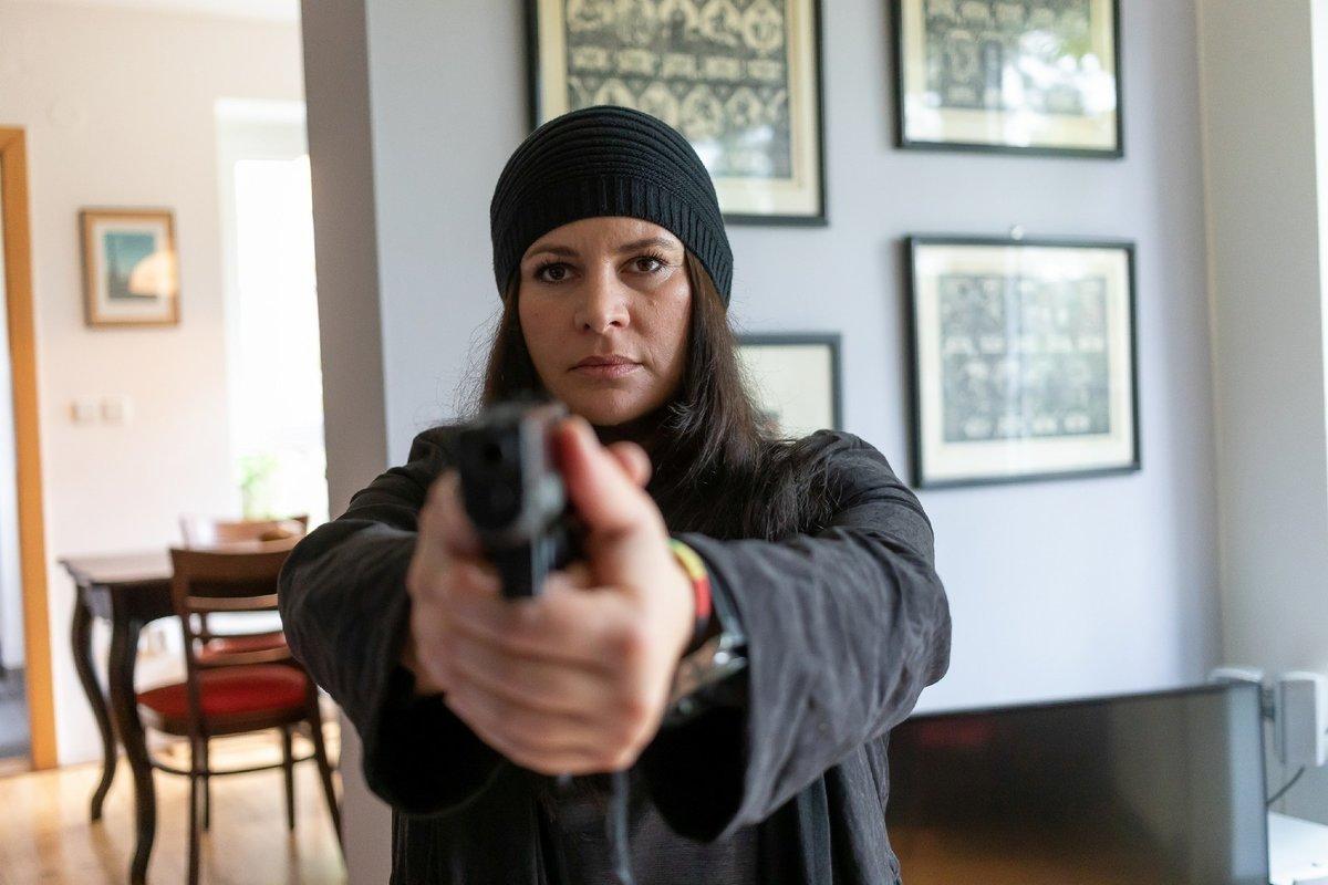 Se zbraní v ruce budí herečka respekt.