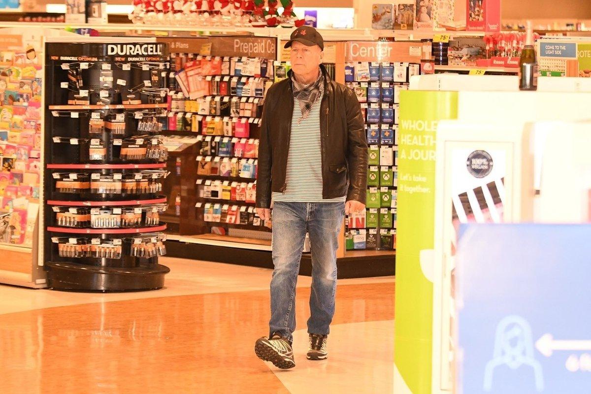Bruce Willis v obchodě, kde si odmítl nasadit roušku - nebo alespoň ten šátek, co měl na krku