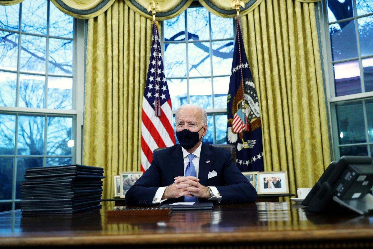 Americký prezident Joe Biden v Oválné pracovně.
