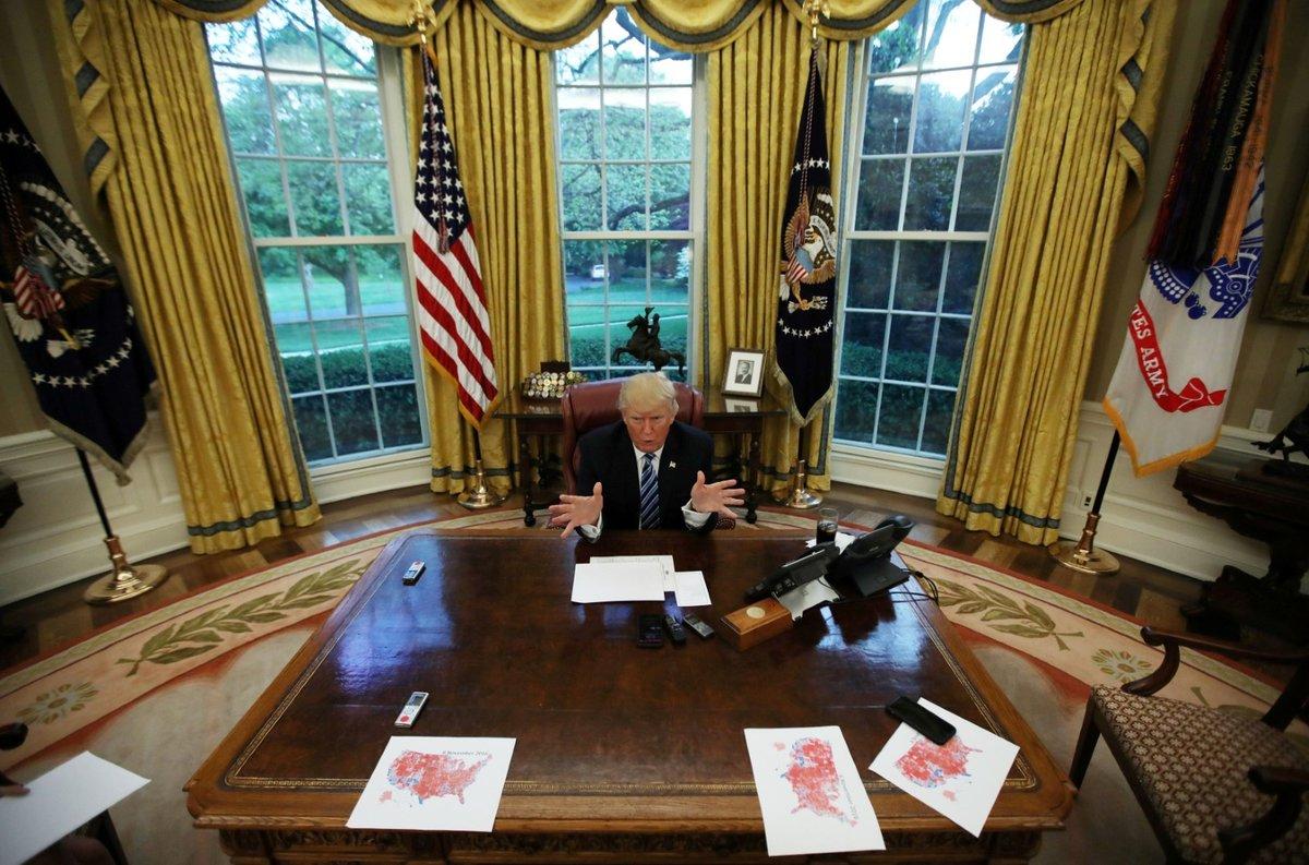 Trump v Oválné pracovně, 2017.