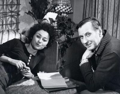 V seriálu Žena za pultem hrál Josef Langmiler bývalého manžela Jiřiny Švorcové a jejich dceru ztělesnila tenkrát mladinká Jana Boušková.