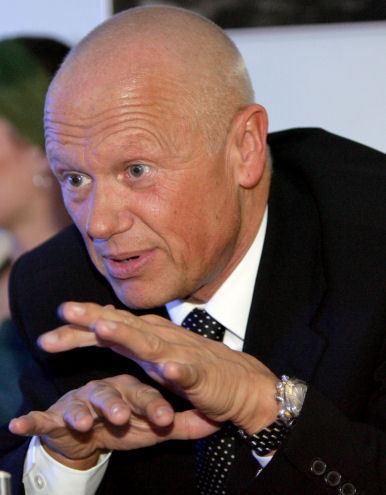 """""""Zkusím zabojovat,"""" gestikuluje rukama Jiří Korn, když mluví o své účasti na mistrovství Evropy v kulečníku."""