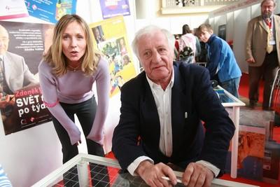 Tereza Pergnerová a Pavel Bobek podepisovali knížku 13. komnata, kde vypověděli své životní příběhy.