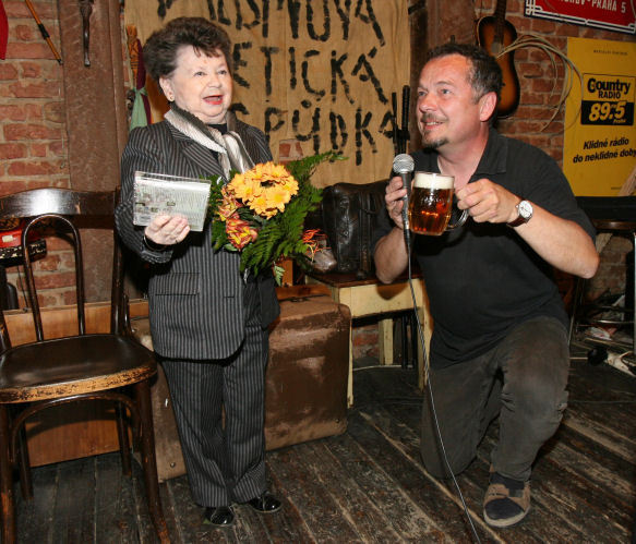 Aťka Janoušková pokřtila CD »50 miniatur« stylově malým pivem.