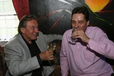 Patrik Rokl si se svým kmotrem Karlem Gottem připil bílým vínem.