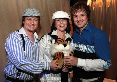 Tohle není NewTrio, protože Robert N. byl mimo Prahu, a proto Leoš Petrů a Nicol Lenertová se v zákulisí charitativního Koncertu pro tygry zapovídali s Petrem Kotvaldem (vpravo).