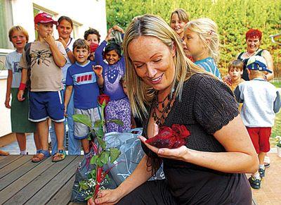 Alena Antalová navštěvuje brněnský Klokánek několikrát týdně. Při návštěvě v srpnu loňského roku dostala od dětí za svou péči dokonce krásnou růži a další dárečky.