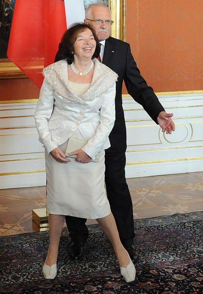 Rozšafné gesto prezidenta jako by říkalo: Dívejte, co my všechno máme! Klausovi jsou opravdu, ale opravdu dobře situovaná rodina!