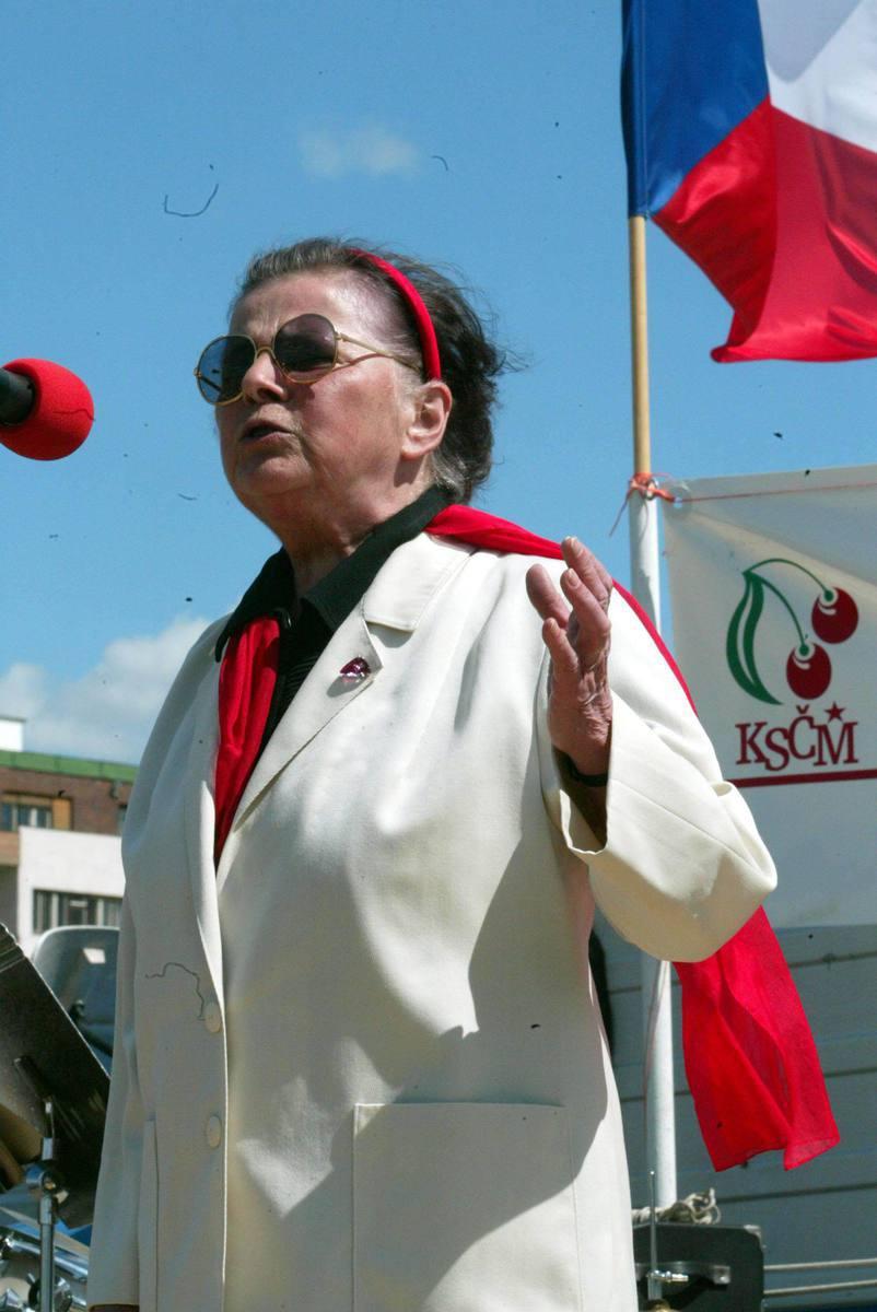Na setkáních komunistické strany Jiřina Švorcová pravidelně (a ráda) recitovala básně.