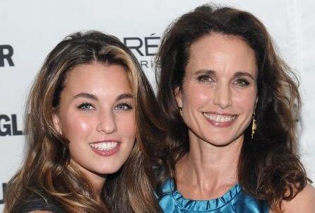 Andie MacDowell s dcerou Rainey: Stejný úsměv, záplava krásných kadeří, vystouplé lícní kosti a vřelý pohled. To jsou unaky, které herečku a dceru výrazně spojují