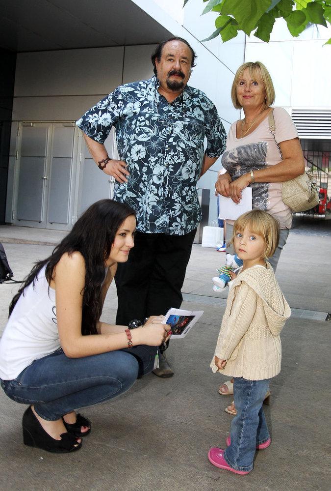Bavič Petr Novotný namluvil odtahový vůz Buráka a výsledek své práce zhlédl s manželkou Mirkou, dcerou Soniou a vnučkou Ester.