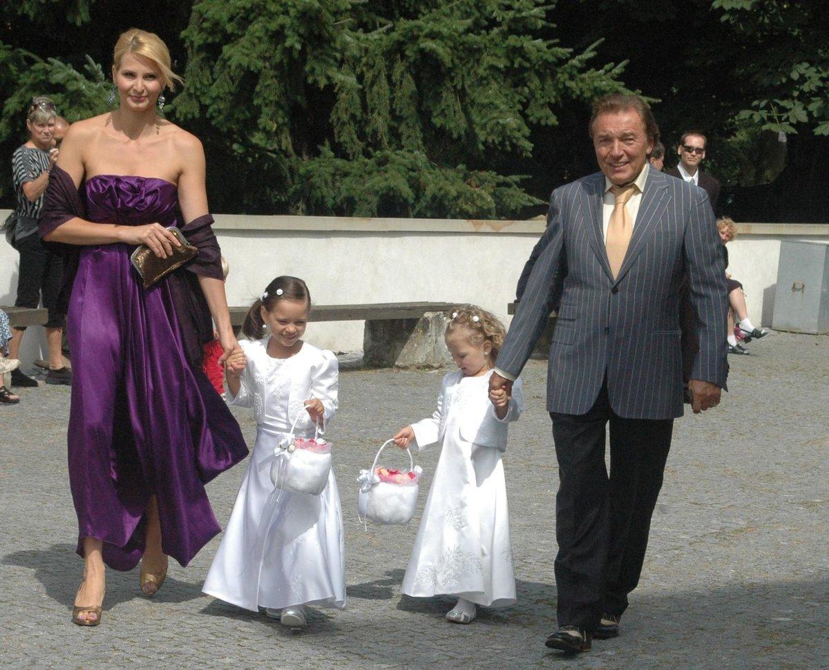 Manželé Gottovi s dcerami. Ivana šla Iloně za svědka, dcery za družičky