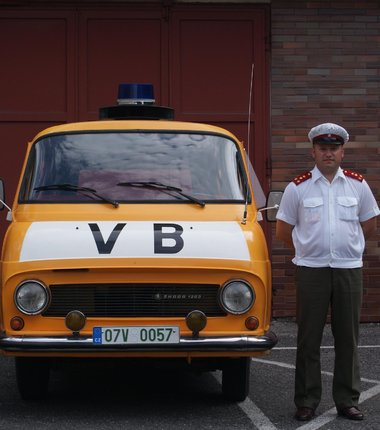 Ladislav Sýkora v uniformě dopraváka VB u služební škodovky