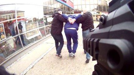 Místo kalhotek od ženy dostal vyděrač pouta od policie.