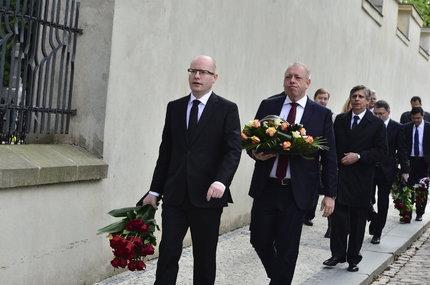 Na místě je už Bohuslav Sobotka. Vchází do chrámu následován Janem Fischerem, Lubomírem Zaorálkem, Milanem Chovancem a šéfem motolské nemocnice Miloslavem Ludvíkem.