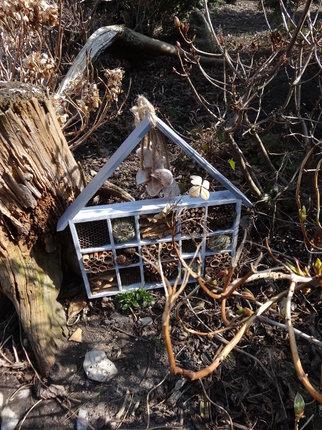 Výroba domečku není finančně náročná. Naopak vás donutí udělat ještě něco pro své zdraví, např. procházkou v lese. Domeček vytvoří na zahradě neobvyklou dekoraci, ale co víc, poskytne útočiště pro hmyzí pomocníky, kteří jsou v dnešní době velice potřeba.