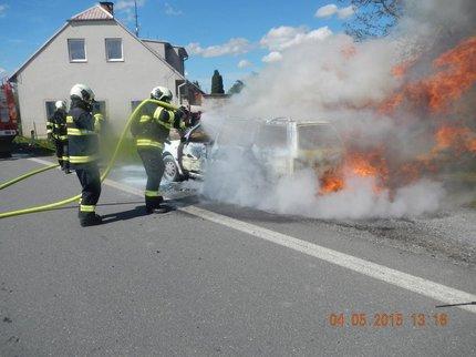 Požár uhasili až profesionální hasiči.