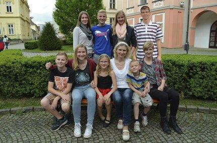 Eliška Štefková (49) se svými dětmi. Nahoře zleva Maruška (17), Radek (16), Anička (20), Ondra (23). Dole zleva Martin (12), Eliška (19), Veronika (10), maminka, Jeroným (7), Markéta (22).