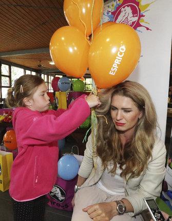 Dcera Anička pozorně a opatrně vymotávala balonky svojí mamince Olze z vlasů.